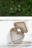 Herzholzkiste auf weißem Holz Stockbild