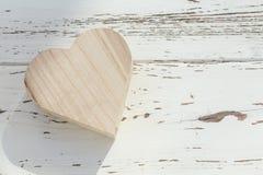 Herzholzkiste auf weißem Holz Stockfoto