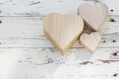 Herzholzkiste auf weißem Holz Stockbilder