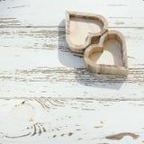 Herzholzkiste auf weißem Holz Stockfotos