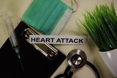 Herzinfarkt mit Inspiration und Gesundheitswesen/medizinisches Konzept auf Schreibtischhintergrund lizenzfreie stockfotos