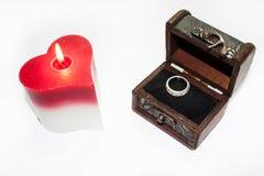 Herzkerze und -ring im Kasten Lizenzfreies Stockbild