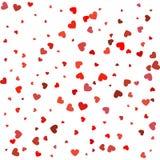Herzkonfettis von den Valentinsgrußblumenblättern, die auf weißen Hintergrund fallen Lizenzfreie Stockbilder