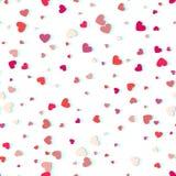 Herzkonfettis von den Valentinsgrußblumenblättern, die auf weißen Hintergrund fallen Lizenzfreie Stockfotos