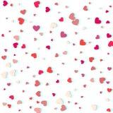 Herzkonfettis von den Valentinsgrußblumenblättern, die auf weißen Hintergrund fallen Stockfotos