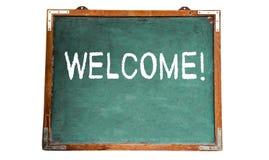 Herzlich Willkommen! Textnachricht in der weißen Kreide geschrieben auf eine hölzerne Tafel oder eine Tafel der alten grungy Wein lizenzfreie stockbilder