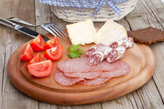 Herzlicher Brot-Salami-Käse-Imbiß Stockfotografie