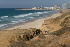 Herzliya, Ισραήλ - 20 Οκτωβρίου 2017: Δύο serfers πηγαίνουν στην όμορφους θάλασσα και τον ουρανό Στοκ εικόνα με δικαίωμα ελεύθερης χρήσης
