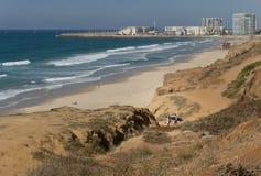 Herzliya, Izrael - 20 2017 Październik: Dwa serfers iść piękny morze i niebo Obraz Royalty Free