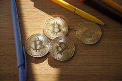 Herzmünze der körperlichen Goldfeder Digital-Währung rote Metall Cryptocurrency-Konzept lizenzfreie stockfotos