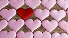 Herzmuster, viele Herzen auf dem hölzernen Hintergrund Stockbild