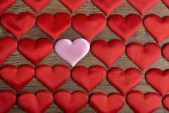 Herzmuster, viele Herzen auf dem hölzernen Hintergrund Lizenzfreies Stockfoto