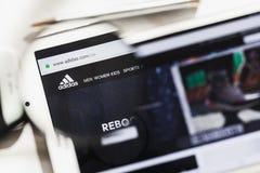 Herzogenaurach, Germania - 16 marzo 2019: Adidas AG, homepage ufficiale del sito Web di società multinazionale sotto fotografia stock