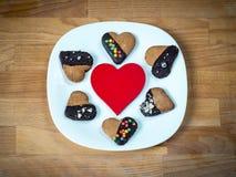 Herzplätzchen auf einem hölzernen braunen Hintergrund Konzept von Feiertags-Valentinsgruß ` s Tag oder Weihnachten und neues Jahr Stockfotografie