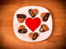 Herzplätzchen auf einem hölzernen braunen Hintergrund Konzept von Feiertags-Valentinsgruß ` s Tag oder Weihnachten und neues Jahr Lizenzfreie Stockbilder