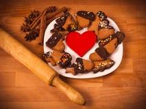 Herzplätzchen auf einem hölzernen braunen Hintergrund, Nudelholz Konzept von Feiertags-Valentinsgruß ` s Tag oder Weihnachten und Lizenzfreies Stockfoto