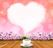 Herzrauch des Kaffees im Himmelrosa Lizenzfreie Stockbilder