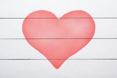 Herzsymbol auf weißem Holztisch stockfoto