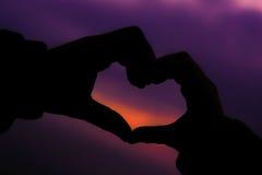 Herzsymbol gemacht mit den Händen Stockfoto