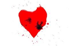 Herzsymbol gemalt mit roter Farbe mit schwarzen Tropfen und Spritzen und dem Spritzen herum lokalisiert auf Weiß Lizenzfreies Stockbild