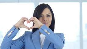 Herzzeichen der Liebe durch junge Frau Stockfoto