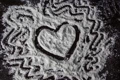 Herzzeichnung auf dem Mehl stockfoto