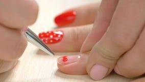 Herzzeichnung auf Nägeln durch Kosmetiker stock footage