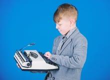 Hes die een samenstelling gaan schrijven Slimme kindschrijver Weinig schrijver die op retro schrijfmachine typen Het leuke jongen royalty-vrije stock foto