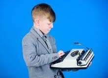 Hes die een samenstelling gaan schrijven Slimme kindschrijver Weinig schrijver die op retro schrijfmachine typen Het leuke jongen royalty-vrije stock afbeelding