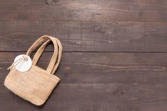 Heska workowa torba jest na drewnianym tle z etykietką Fotografia Royalty Free