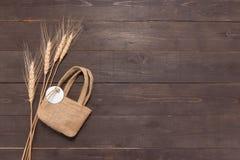 Hessian τσάντα σάκων με το δέμα ρυζιού στο ξύλινο υπόβαθρο Στοκ φωτογραφία με δικαίωμα ελεύθερης χρήσης