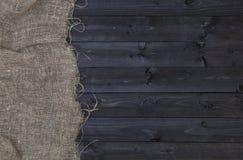 Hessian или увольнение мешковины на темной деревянной предпосылке стоковые фото