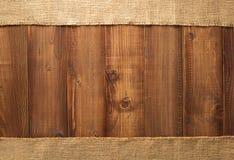 Hessian мешковины мешка на древесине стоковые фото