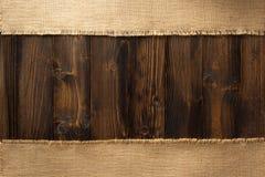 Hessian мешковины мешка на древесине стоковые фотографии rf