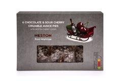 Heston Od Waitrose 6 Czekoladowa i Kwaśna wiśnia Rozdrobni mince pie z Heston Czereśniową ajerówką na białym tle obrazy royalty free