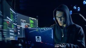 Het één mensenwerk met laptop, het binnendringen in een beveiligd computersysteem systeem, sluit omhoog stock footage