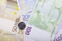 Het één roebelmuntstuk en Euro bankbiljetten sluit omhoog Stock Foto's