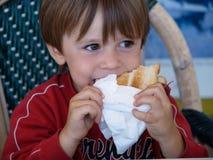 het 5 éénjarigenkind eet een sandwich Stock Fotografie