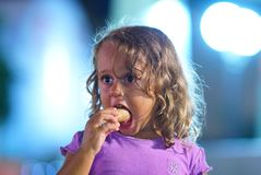 het 3 éénjarigenmeisje eet een roomijs stock foto's