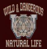 het 'wilde en gevaarlijke, natuurlijke levens 'typografie, de druk van het T-stukoverhemd stock illustratie