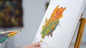 Het aan de grond zetten van canvas door schilder Close-up 4K stock footage