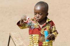 Het aanbiddelijke Afrikaanse Baby Spelen in Bamako, Mali Africa royalty-vrije stock fotografie