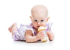 Het aanbiddelijke baby drinken van fles Royalty-vrije Stock Foto's