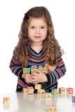 Het aanbiddelijke baby spelen met houten blokken Stock Foto's