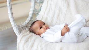Het aanbiddelijke babyjongen liggen stock videobeelden