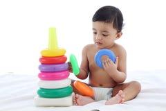 Het aanbiddelijke babyjongen spelen met het stapelen van ringen royalty-vrije stock afbeeldingen