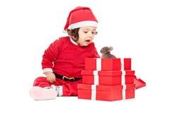 Het aanbiddelijke babymeisje die Kerstmis openen stelt voor Stock Fotografie