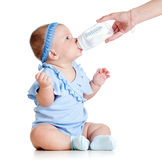 Het aanbiddelijke babymeisje drinken van fles Stock Afbeelding
