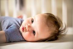 Het aanbiddelijke Babymeisje legt in Voederbak stock foto