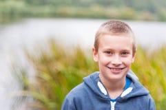 Het aanbiddelijke jongen glimlachen Stock Foto